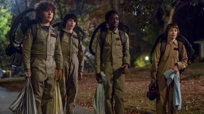 Will Byers con i suoi amici in Stranger Things