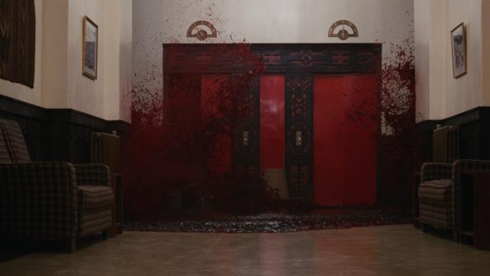 Un ascensore dell'Overlook Hotel straborda di sangue