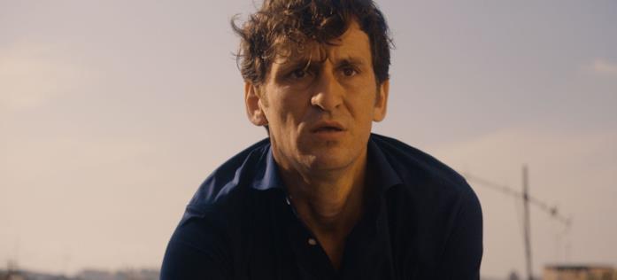 Un primo piano di Raúl Arévalo in una scena del film Black Beach