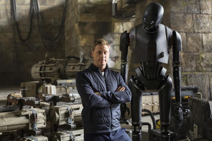 Alan Tudyk e K-2SO in una foto promozionale del film Rogue One: A Star Wars Story