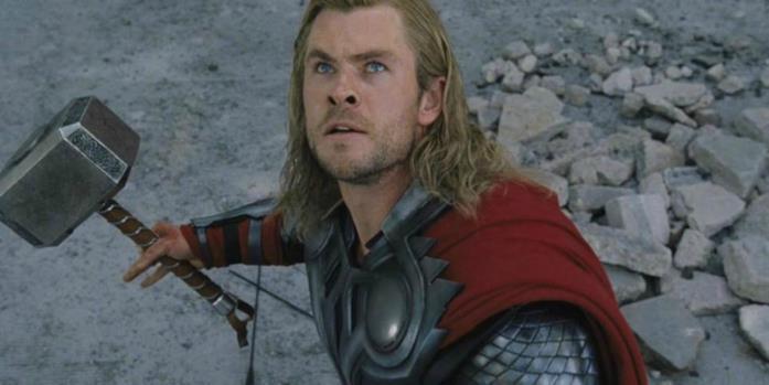 Thor tiene in mano la sua arma