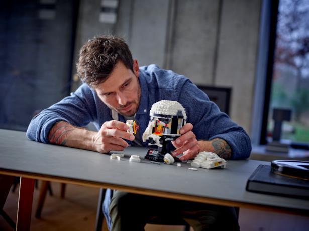 Il casco LEGO di Stormtrooper in fase di montaggio