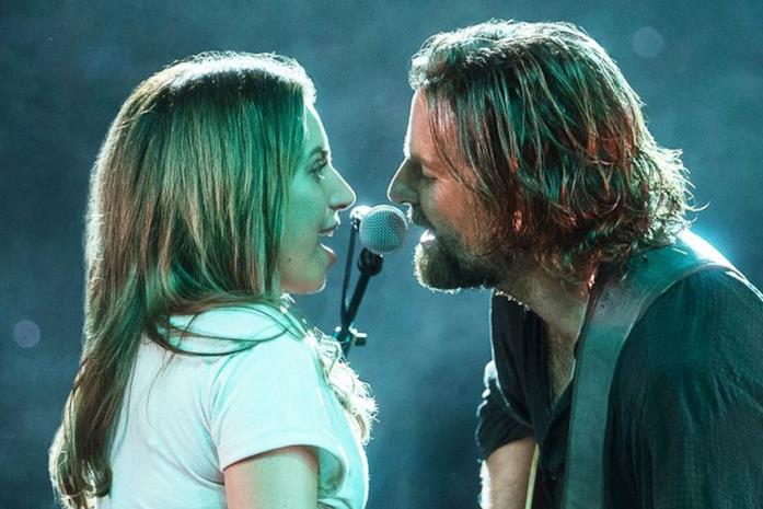 Lady Gaga e Bradley Cooper sul palco in una scena del film A star is born