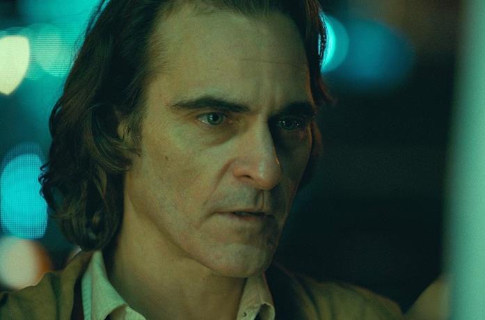Un primo piano di Joaquin Phoenix nel film Joker