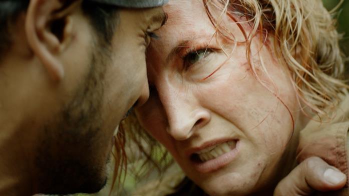 Tenoch Huerta e Zoë Bell in una scena del film Fuga nella giungla