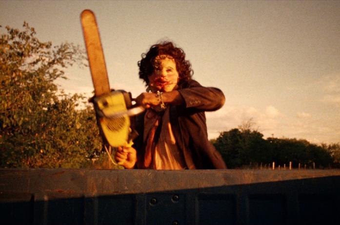 Gunnar Hansen in una scena del film Non aprite quella porta