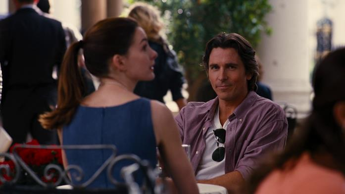Christian Bale seduto ad un bar con Anne Hathaway nel finale de Il Cavaliere Oscuro - Il ritorno