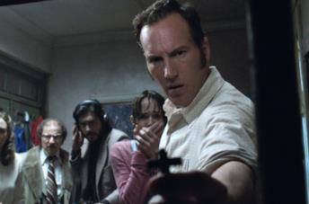 Patrick Wilson nel ruolo di Ed, armato di crocifisso