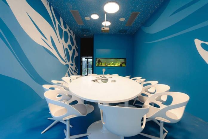 Primo piano del tavolo, sedie e pareti della sede di Microsoft a Vienna