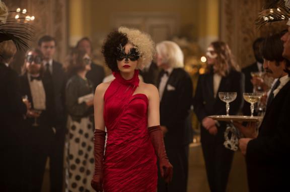 Crudelia: nel primo trailer Emma Stone è una giovane e folle Crudelia De Mon