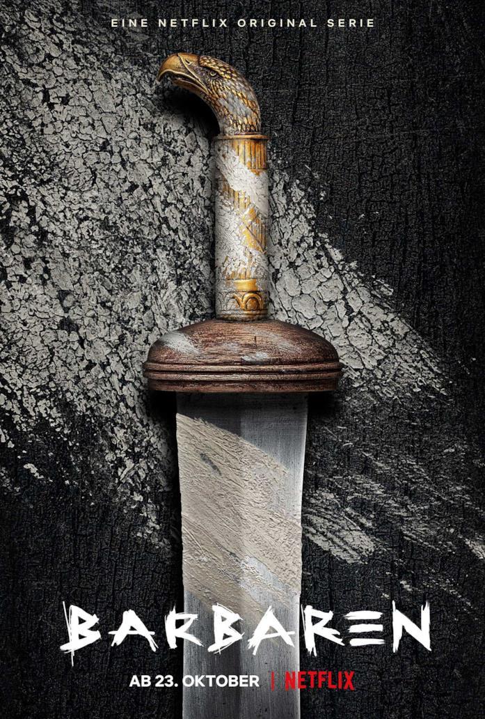 Una spada è pogiata su quello che sembra essere un tavolo di legno