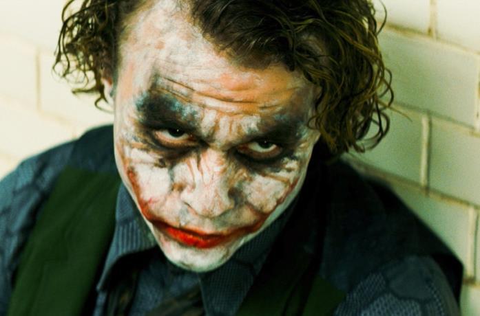Un primo piano di Heath Ledger in una scena del film Il cavaliere oscuro