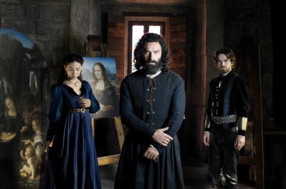 Aidan Turner, Freddie Highmore e Matilda De Angelis in un'immagine promozionale di Leonardo