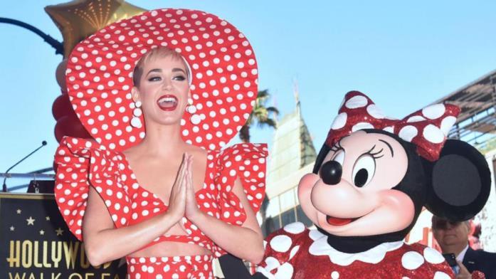 Katy Perry e Minnie sulla Walk of Fame in uno scatto di LaPresse
