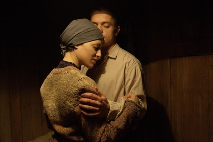 Clémence Thioly e Jirí Mádl in una scena del film Colette - Un amore più forte di tutto