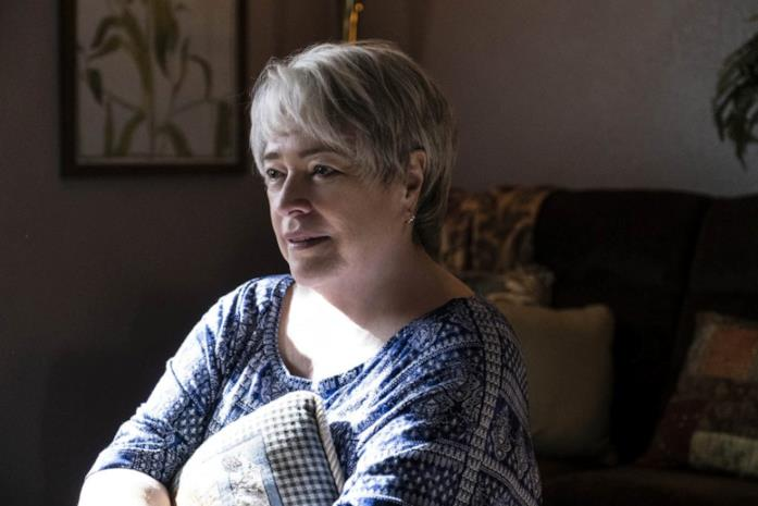 Kathy Bates nel ruolo della madre del protagonista