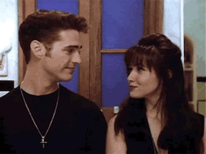 Jason Priestley e Shannen Doherty in una scena della serie