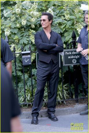 Matthew McConaughey con le braccia incrociate