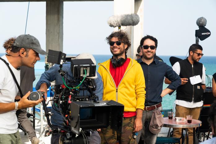 Sydney Sibilia e Matteo Rovere sorridenti sul set di L'incredibile storia dell'Isola della Rose