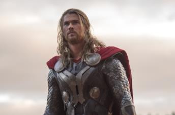 Chris Hemsworth in una scena del film Thor: The Dark World