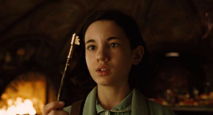 Ofelia guarda la chiave recuperata nel salone dell'Uomo Pallido