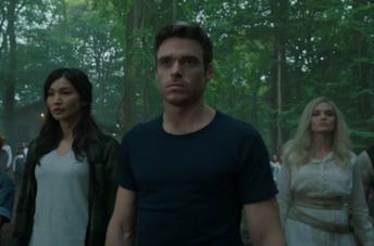 Gemma Chan, Richard Madden e Angelina Jolie in una scena de Gli Eterni