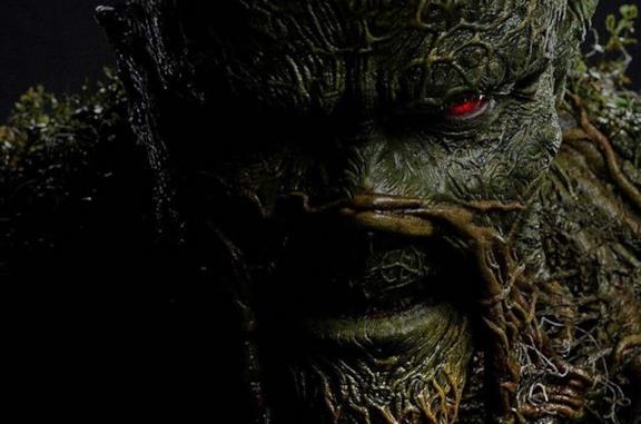 Swamp Thing in una scena della serie