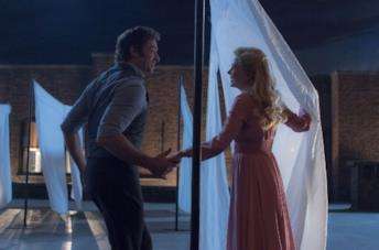 Hugh Jackman e Michelle Williams in una scena del film The Greatest Showman