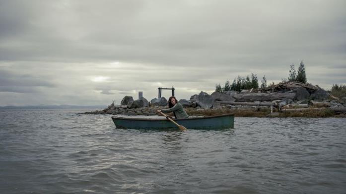 Kate Siegel sulla barca in Midnight Mass