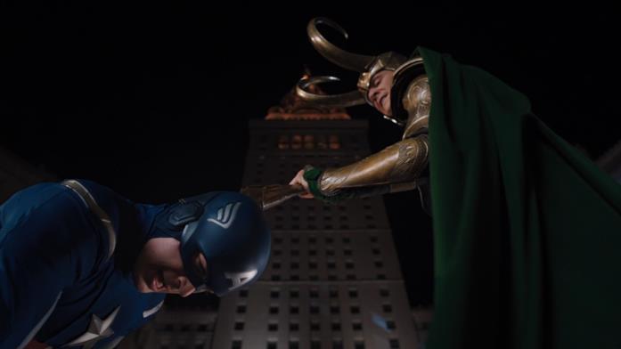 Capitan America si inginocchia davanti a Loki in The Avengers