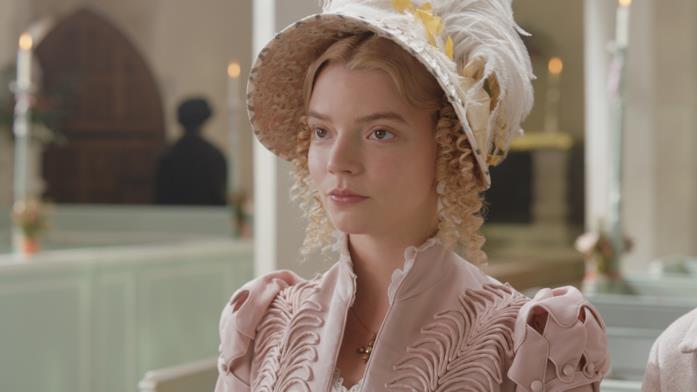 Un primo piano di Anya Taylor-Joy nei panni di una Emma vestita di colori pastello