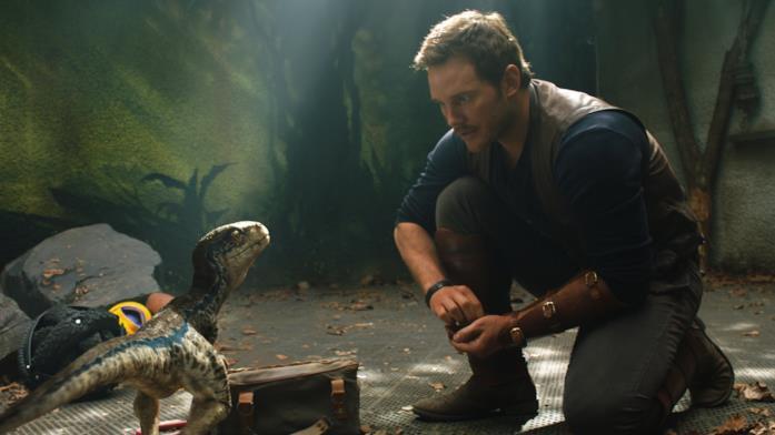 Owen con la piccola Velociraptor Blue in una scena del film