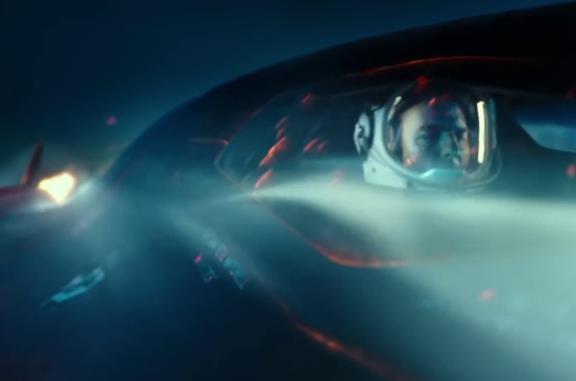 Un'immagine di Tom Cruise e Jennifer Connelly in sella a una moto