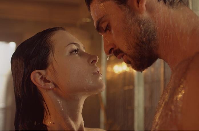 Michele Morrone in 365 giorni, scena della doccia