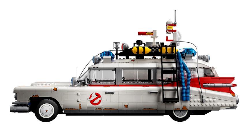 Una foto di lato della Ghostbusters Ecto-1 LEGO