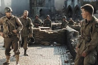 Tom Hanks e Matt Damon in una scena del film Salvate il soldato Ryan