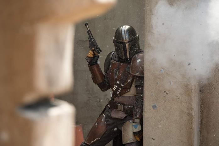 Pedro Pascal in una scena della serie The Mandalorian