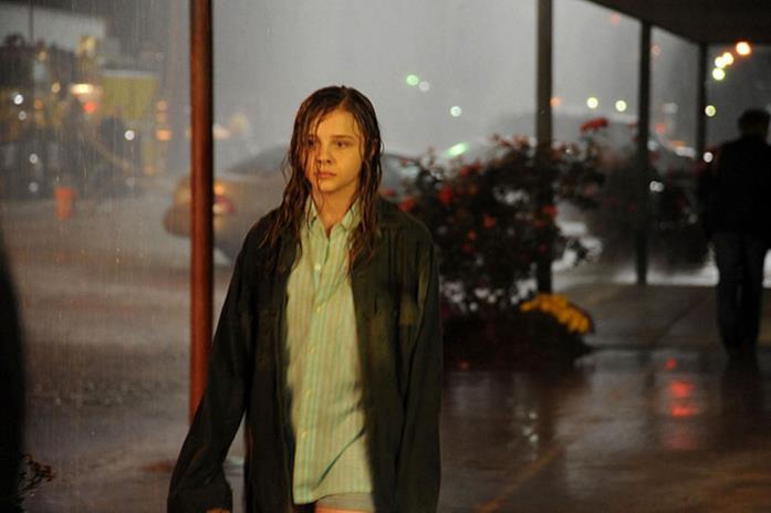 La piccola Anne cammina da sola per la città di notte.