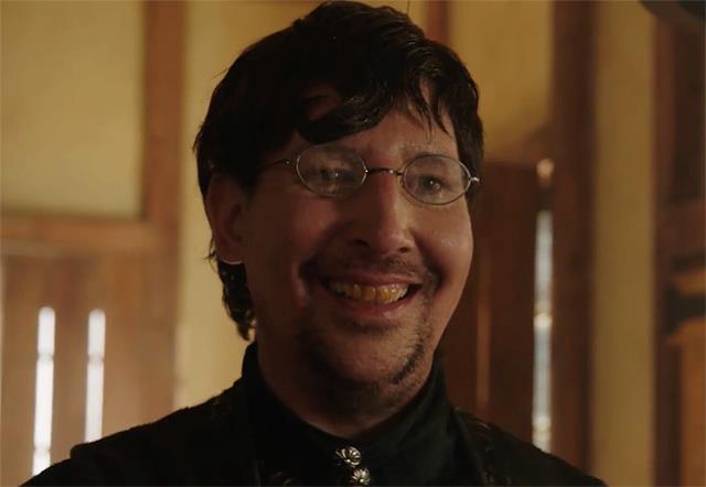 Thomas Dinley è interpretato dal cantante Marilyn Manson