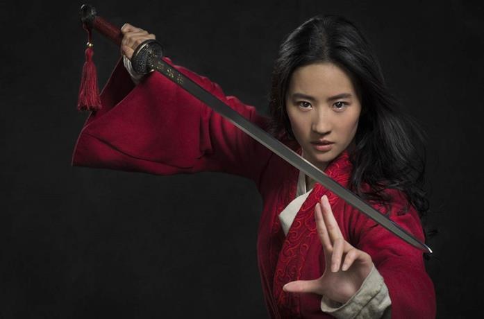 Yifei Liu nell'immagine promozionale di Mulan