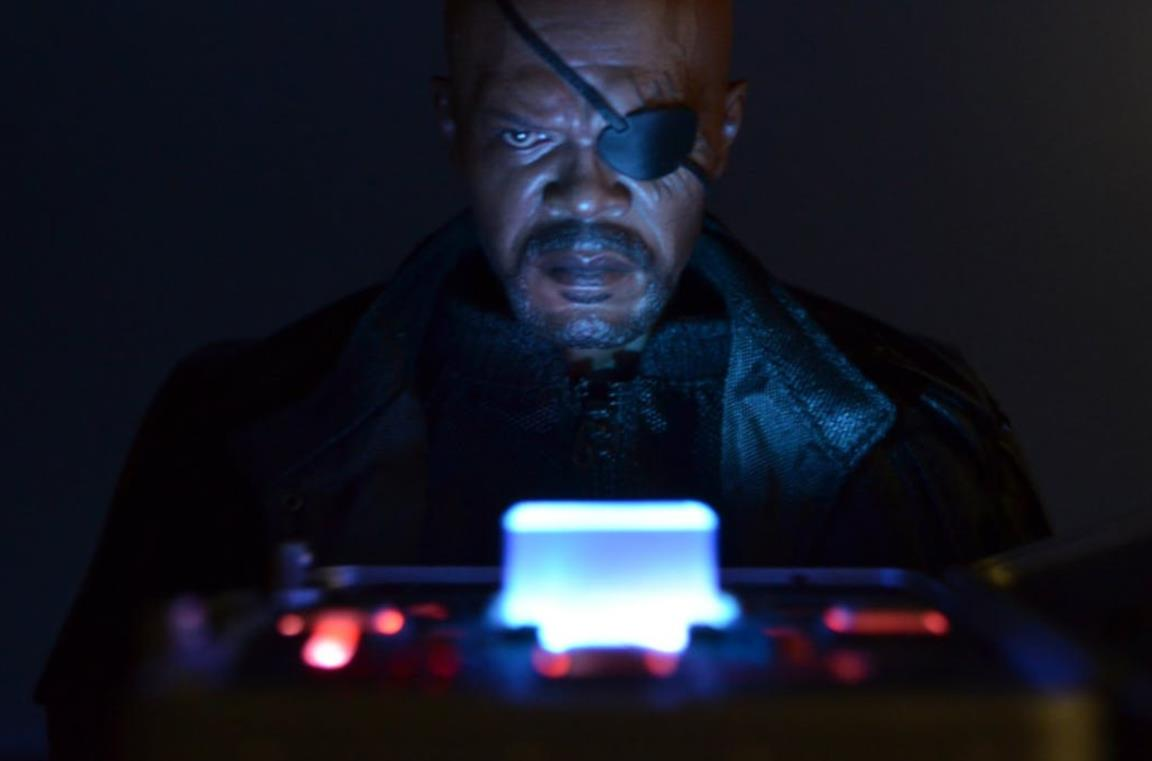 Samuel L. Jackson osserva il case del Tesseract in una scena di The Avengers
