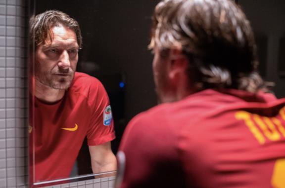Francesco Totti si guarda allo specchio
