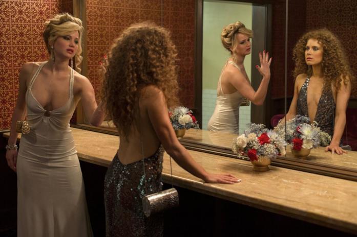 La famosa scena del bagno di American Hustle, con Jennifer Lawrence e Amy Adams