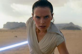 Primo piano di Rey in una scesa di Star Wars: L'Ascesa di Skywalker