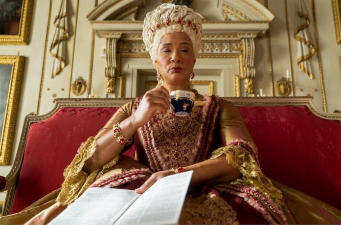 La regina Charlotte legge gli ultimi gossip e beve il té
