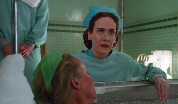 Sarah Paulson vestita da infermiera in Ratched