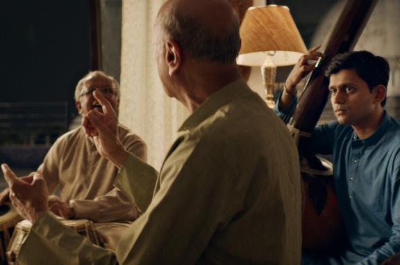 Aditya Modak in una scena del film The Disciple
