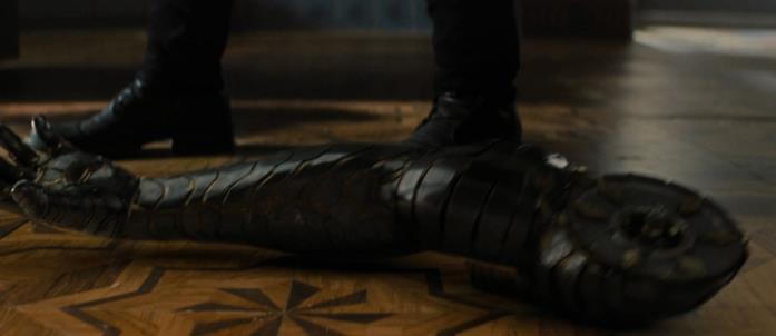 Il braccio scollegato di Bucky cade a terra