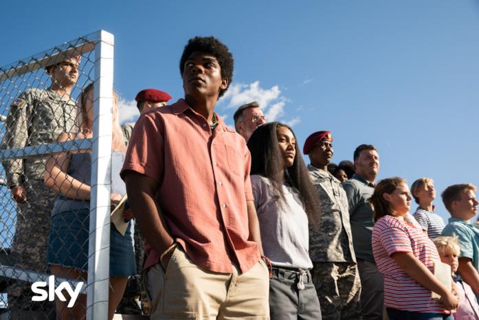 Tutti i protagonisti in piedi durante l'inno americano