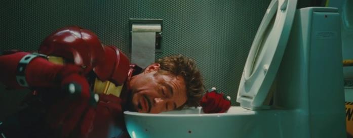 Iron Man nel bagno dell'aereo